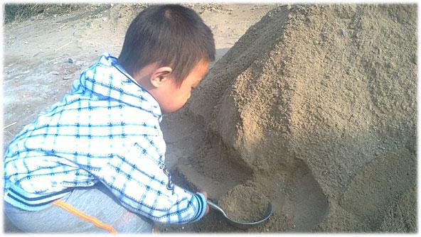 秃秃的太太(也就是我老公的姥姥)家附近有许多盖房子的人,所以门口外面也就堆满了许多的沙子。对小朋友们来说,这一堆堆的沙子,就好像一座座快乐的小山,他们可以任意摆弄、心情挥洒!这样的沙子,都是人工筛过的,很细、很干净,我们可以允许孩子在沙堆旁撒会儿野。太太为了方便秃秃挖沙子,特意找了不再使用的个大铁勺,专门给他当挖沙工具玩。   看着虽不起眼,可我却觉得挺好,小孩子对玩具的热衷时间实在太短,就算给他买了新玩具,他也会玩不了两次就丢掉不再喜欢,与其那样浪费钱,到不如从身边找些不用又安全的东西,直接给他充当