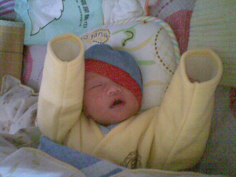 睡觉对于宝宝来说很重要,睡觉会产生生成激素促进宝宝长高。所以从小我就有意识的培养宝宝好好睡觉,但是小温柔并不配合,睡觉时真的是萌状百出,好在宝宝晚上睡觉比较踏实,从一个多月开始一般一个晚上都不用起来,中间要吃奶便闭着眼嗯嗯。 最开始的时候大家都说要把宝宝的手捆在抱被里,好动的温柔不吃这套,小手挣脱不了竟然从领口的位置把手伸出来,让我哭笑不得。之后就再也不捆她的手,让她自己自由的伸张。这也就铸就了宝宝各式各样的睡觉萌照。大家欣赏欣赏吧。 宝宝出生的第三天,睡觉的时候还不忘笑一笑。  宝宝出生第十天,本来两