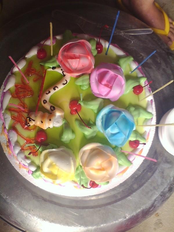 蛋糕的之间是一条可爱的小蛇