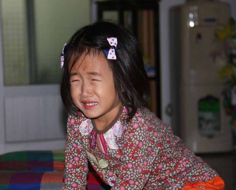 哭,是人类降生世间的第一宣言;哭,是小小孩儿与人交流的方式;哭,也是成年人表达情感的方式之一。疼痛、恐惧、委屈、痛苦、兴奋、激动、感动,任何一类情感好像都可以和哭有牵连,呜咽、抽泣、大恸,哭的表现不同,却能缓解人的情绪,眼泪,还有杀灭病菌的功能。 每个孩子都有哭的权利。痛了,伤心了,有情绪而表达不出来需要发泄了我是用心的妈妈,会努力了解孩子,读懂她哭的含义。而小荃同学不是很爱哭的孩子,从小婴儿起,我不厌其烦的给她灌输的是:哭不是法宝,不是达到目的的手段,更不是解决问题的工具。 翻找照片,哭的记录不多,贴