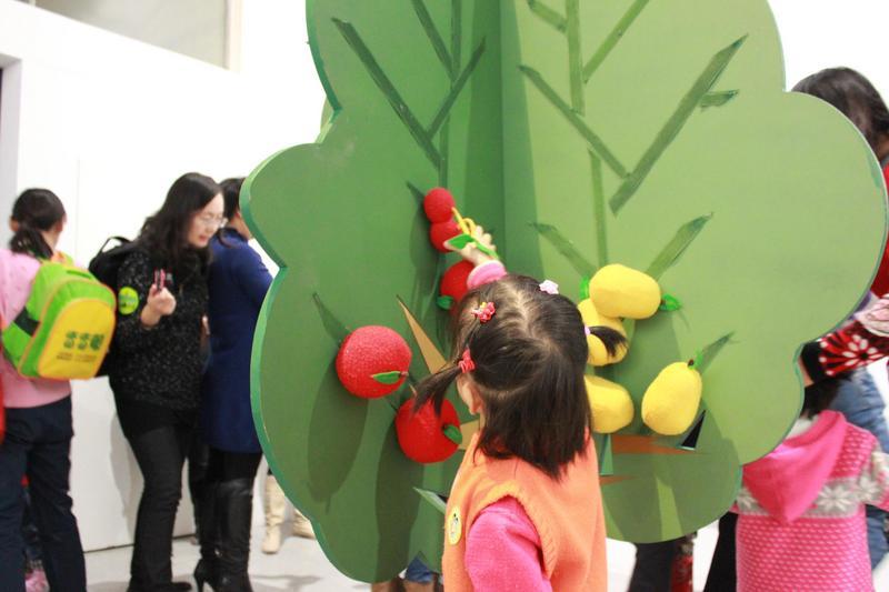 这是一棵大树,小朋友可以根据自己的想法随意挂上自己喜欢的果实.