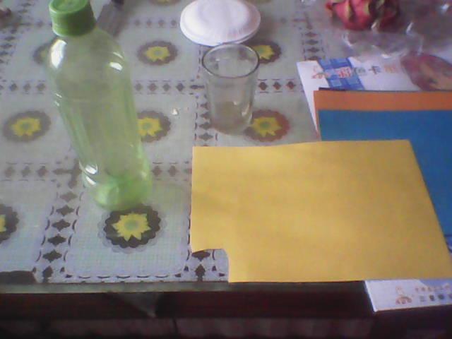 这个周末可是一个繁忙的周末,因为老师给布置了家庭作业,也就是给家长布置的作业,因为孩子自己是完不成的,要做一套以环保为主题的,衣服,可以是塑料袋,也可以是无纺布袋等,我是用无纺布做的,这个暂且不说,这里我要说的是用废旧饮料瓶,做个手工。  我参考了老师给的图片,又从网上收罗了很多图片,最后确定要做这个小狗,因为小妞儿很喜欢,也喜欢做手工,所以,我们也可以一起做的。 材料:彩色卡纸,双面胶,剪刀,饮料瓶一个。 我用的是花露水的瓶子,因为正好花露水用光了,有个空瓶子,觉得应该不错,于是就用上了,O(_)O