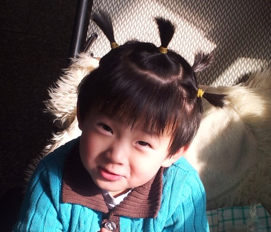 看着一个个小美女的发型我好羡慕啊!今天梳一个这样的小辫子,明天弄一个那样的小发卡,可以想象到家里有女宝的妈妈出门肯定都会把自己的小美女打扮的分外的亮丽,让人看了更加的喜爱了。记得小时候儿子也非常像一个女孩子,于是就想着也给儿子扎个小辫子吧,那个时候儿子还真是听话,任由妈妈去折腾的给他梳理,再长大一些后,还是比较喜欢给儿子扎小辫子玩,儿子依然满足妈妈,大家看了扎辫子的儿子都说真的像一个小女生啊!!哈哈!完全是让妈妈过女孩子的瘾呢!!   这是儿子被我整成小姑娘的美照 所以一直都比较喜欢儿子留长一点的发型,