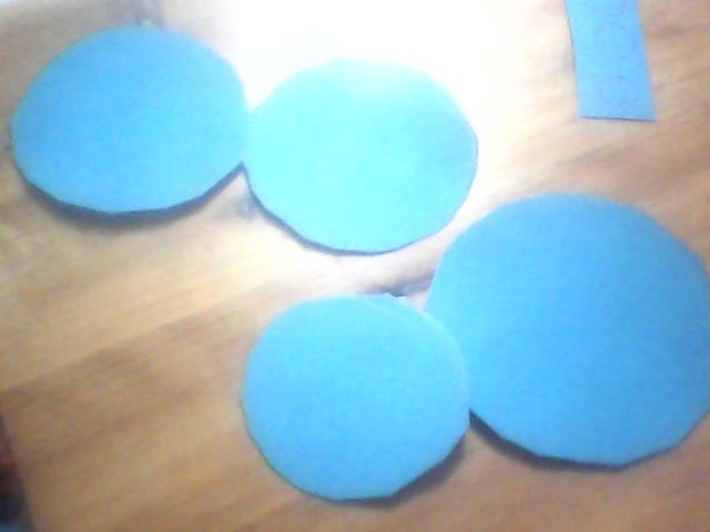 神奇的圆形 这个是我们从电视上的大耳朵图图的数学乐园里面看到的,也自己动手实践一下,很不错哦,神奇的圆形,亲,知道这些么, 圆形可以变成正方形,三角形,长方形,还有扇形,还有各种各样的图形,可以说是千变万化,真的是有很多的奥妙在其中。快点儿动手和宝宝试一试吧,很好玩儿的哦,  先剪下点儿大小不一的圆形,一会儿都能用到哦,可以多剪几个,   神奇的圆形,变身,之变成小乌龟-------一个大圆,对折,当身体,一个小点儿的圆对折当做头,再小一号的圆,对折,当做乌龟的腿,最小的圆形,对折后,,当做乌龟的小尾巴