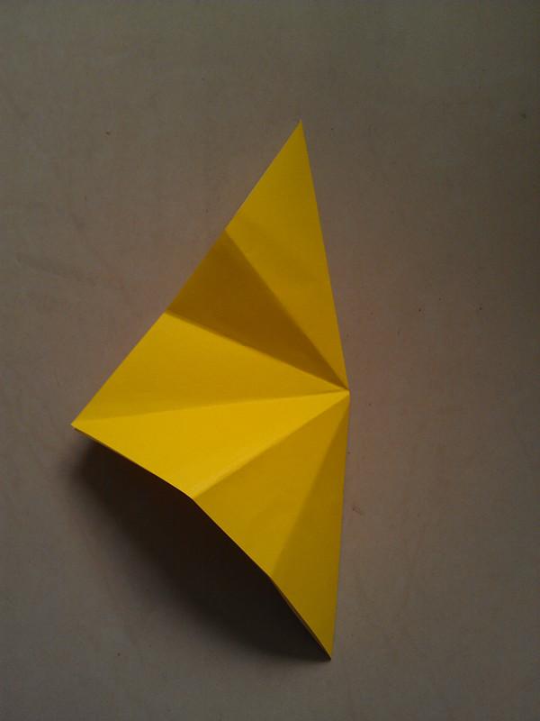 把正方形的纸对角折,点点对角折的时候,总是不能折得很平,然