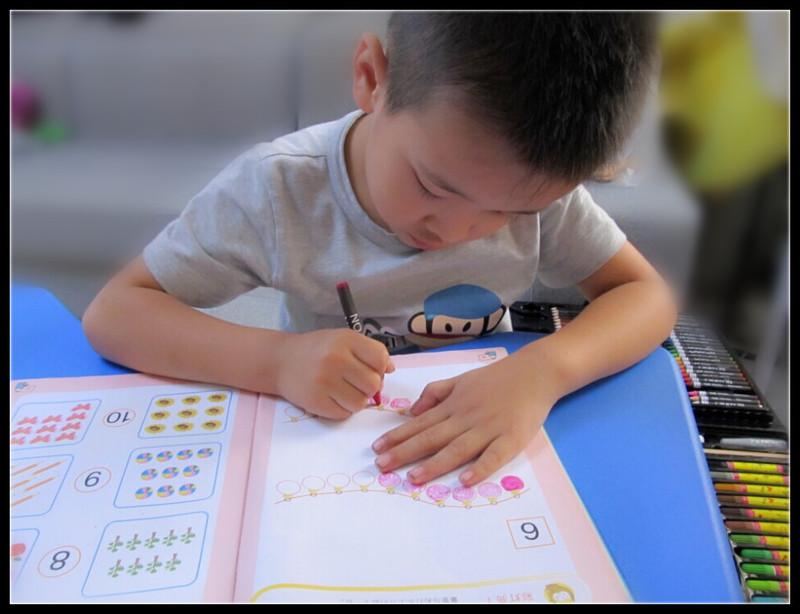 做作业的小孩,累并快乐着