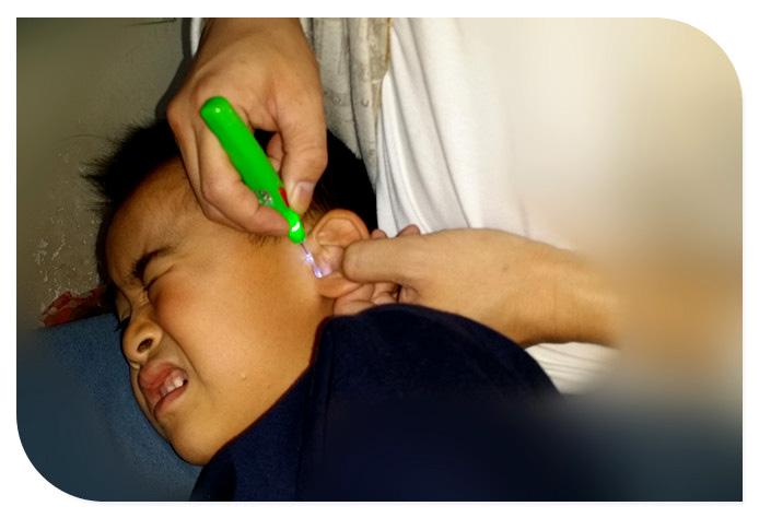 不得不说在某些方面宝爸比宝妈更有心呢!这个耳勺是宝爸特意买的,专门给孩子掏耳朵用的。要说给孩子掏耳朵妈妈是真的不敢动手啊,孩子小的时候基本上更是不敢碰小家伙耳朵的,还记得小家伙上幼儿园前体检的时候被掏过一次耳朵,当时里面还是挺脏的,医生给掏出了一块呢,挺硬的。后来基本上是每次去体检都要带小家伙去五官科让医生给娃掏下耳朵的。  宝爸买的这个耳勺是可以发光的,对于给孩子掏耳朵来说真是非常便利的,因为有光更容易看清楚耳朵里面的情况。而且打开耳勺的后盖里面还配有2个不同尺寸的耳勺,应该是大人用大的,小孩用小的,