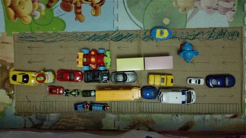 之前我找了个废纸箱给你做了一个汽车火车的轨道和路
