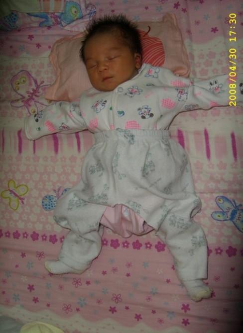 宝宝的睡觉姿势非常的可爱,有时候宝宝睡觉来一个大字型.