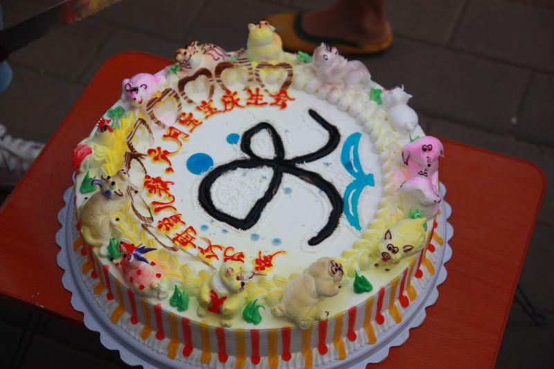 蛋糕上有12个生肖小动物代表着我们读书会每一个小朋友,因为每一个月