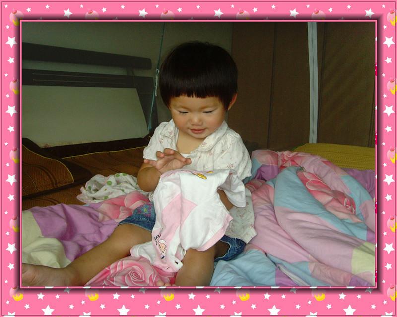 今天早上宝宝醒了之后给她把好尿,给宝宝穿好了衣服就让她自己在床上玩。一会儿听到宝宝在说喜洋洋,喜洋洋,转过去一看,宝宝正拿着一件有喜洋洋的衣服,指着在说呢。那件衣服是昨天拿了给宝宝换的,宝宝睡觉衣服都湿掉了,脱了之后给她换,她又不要穿,所以就把那件衣服放在床上,没想到早上居然又给找了出来。  宝宝拿着衣服在指喜洋洋呢  看到我在拍照,呵呵,还有点不好意思哦  给我看喜洋洋呢!  知道宝宝想干什么吗?宝宝要亲亲喜洋洋哦!  呵呵,宝宝亲亲喜洋洋,不好意思,遮住  原来这个上面还有一个啊!  我来穿上试试,先