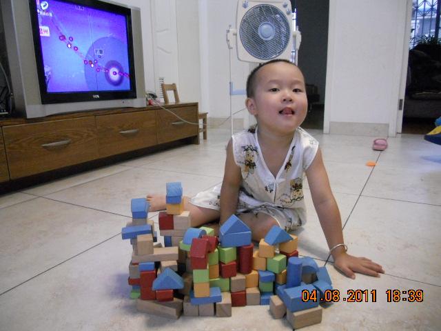 以前我们小时候就喜欢搭积木,如今的孩子也毫无例外!宝贝们会在搭积木中获得乐趣。在各种与建筑有关的游戏中,其实宝贝正在学习极为有价值的课程哦。    搭积木对孩子来说是很重要的一种学习,他能从中学到很多的东西,在这个过程中,我们父母起着非常重要的作用,宝贝们应该都希望大人们能够参与他的建造过程,给他更多的启发,这将促使他发现建造过程中的各个重要元素哦。  我给宝贝准备了好多积木,有塑料做的积木,有木头做的,还有雪花片等等,但我家小麦最爱的还是用木制积木搭建各种各样的房子,桥,还有火车。。。都是他搭好了,自