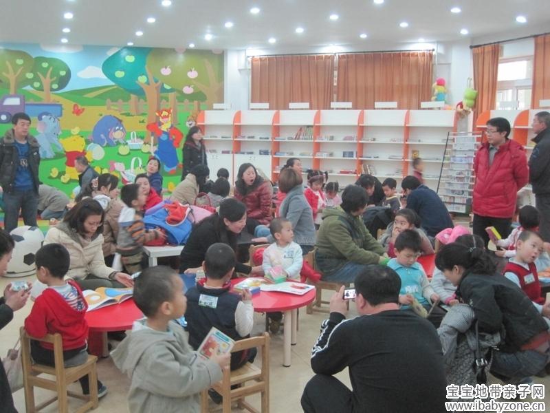 今天的读书会是在石景山少年儿童图书馆里面进行的,感谢石景山少年儿童图书馆的刘馆长和张老师的热情支持。 图书馆周末一直是丰富多彩的,很多孩子周末到图书馆来玩已经是固定的节目了。不到十点钟,孩子们已经是陆陆续续的到来了,结果等到十点的时候,那场面是相当的壮观啊。 这事还没开始的时候,先自由活动呢,有的看书,有的就是玩呢  现在这是准备开始了,先做一下手指律动吧,活动活动身体  看看这人群壮观吧  我没细数,孩子们大概有个三四十个吧     今天咱们要听的故事,是小玻翻翻书系列哦。包含了几本一些列的小玻这条小狗