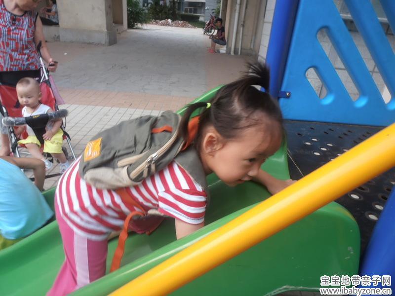 背着书包上幼儿园的小朋友图片