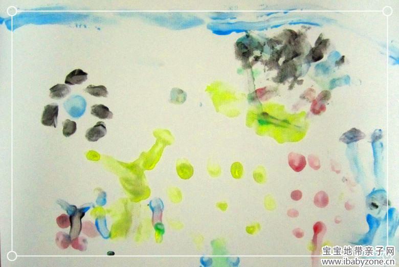 前段日子给宝贝在网上买了一小套手指画颜料,货到了,宝贝就迫不及待的开始创作!因为家里最近事比较多,所以帖子一直也没有编辑,今天抽点时间,赶快写了吧!要不这个月就过去了!来看看我们的超美的手指画大作是如何诞生的吧!  这就是妈妈在网上买的手指画颜料,六个颜色,12元钱,其实算算挺贵了!呵呵不过只要宝贝喜欢也值了!话说回来,这颜料的安全性我还真不知道,只是这颜料的颜色可真的挺淡的,浅浅的,多亏给宝贝用的是水粉纸画,要是一般的打印纸估计都不能容易上色!  手指画,不是第一次玩,可这颜料可是第一用,开始让宝贝