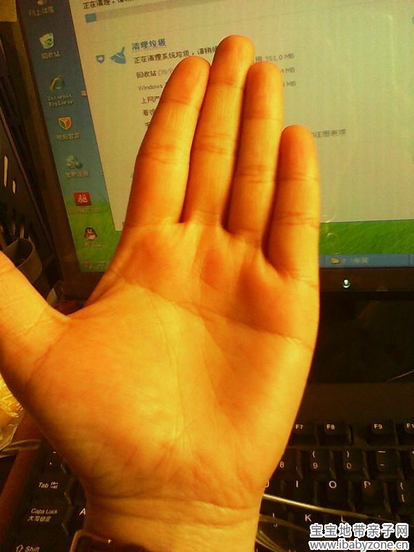 ...右手掌可以看到掌纹中间有一条线这样手纹的人便是断掌了百...