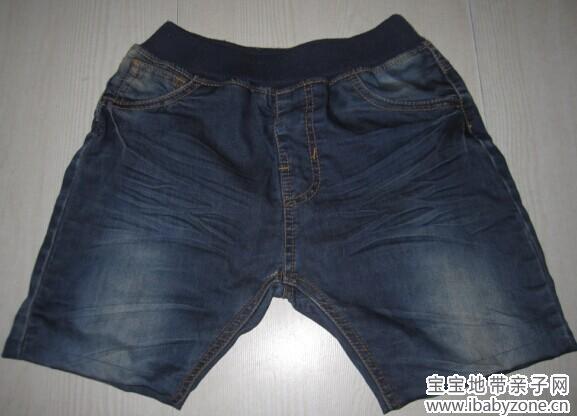 晒一件上镜率比较高的裤子,估计上镜三次了吧。第一次新年衣服,第二次带补丁的裤子,第三次这次的长裤改短裤。  这周一送泉去学校,老师说要儿童节表演要用深蓝色牛仔短裤,比五分短的那种,我家没有就得买。我赶紧淘宝买了两件,也买了运费险,其实我真担心牛仔裤泉不能穿的。隔了两天怎么还没见发货,真晕呀。晚发货就来不及30号表演用的,我取消了订单。去商场逛了一圈,最大的尺码是120的。泉穿不了的,而且大部分都是长款的7-8分裤的。我想来想去,来了一个灵感,打算给泉改装一条的。  说干就干的,泉的长裤冬天一条夹层摇粒绒