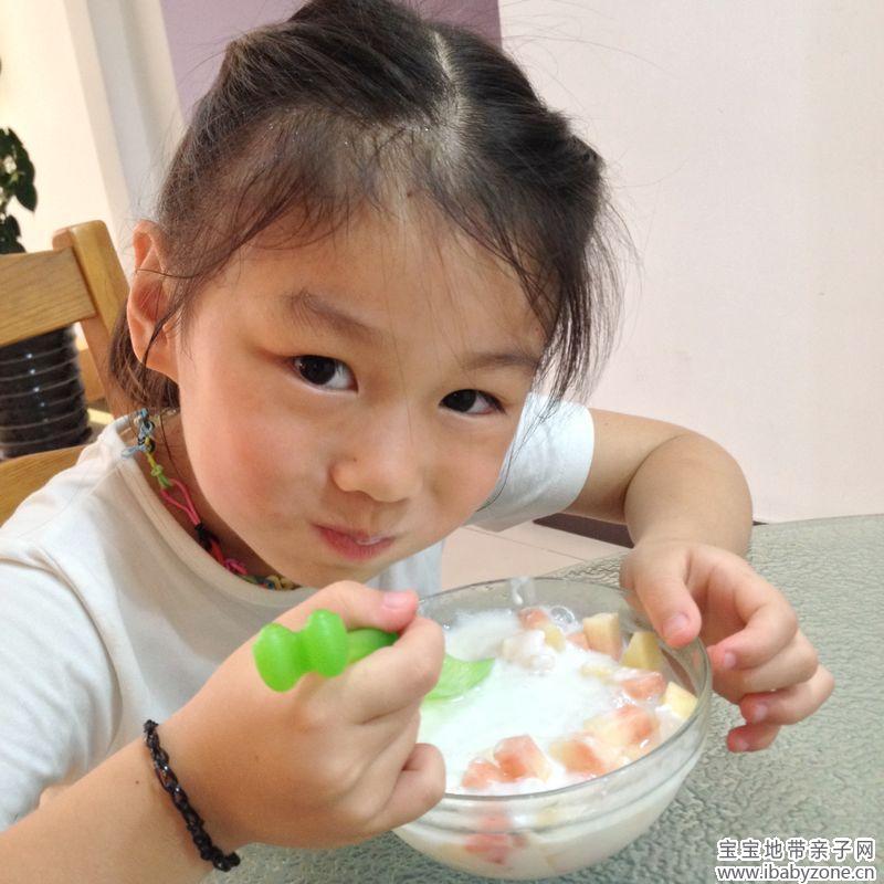 可爱小孩吃冰照片