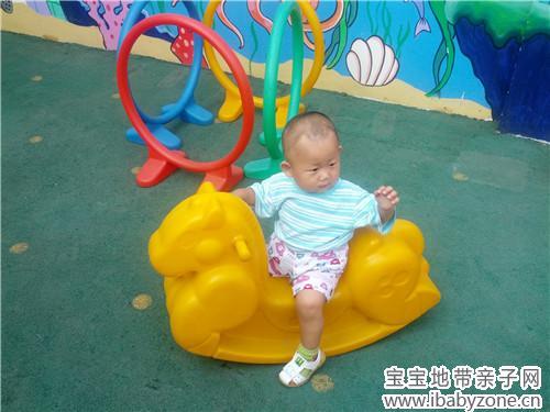 在幼儿园里玩耍