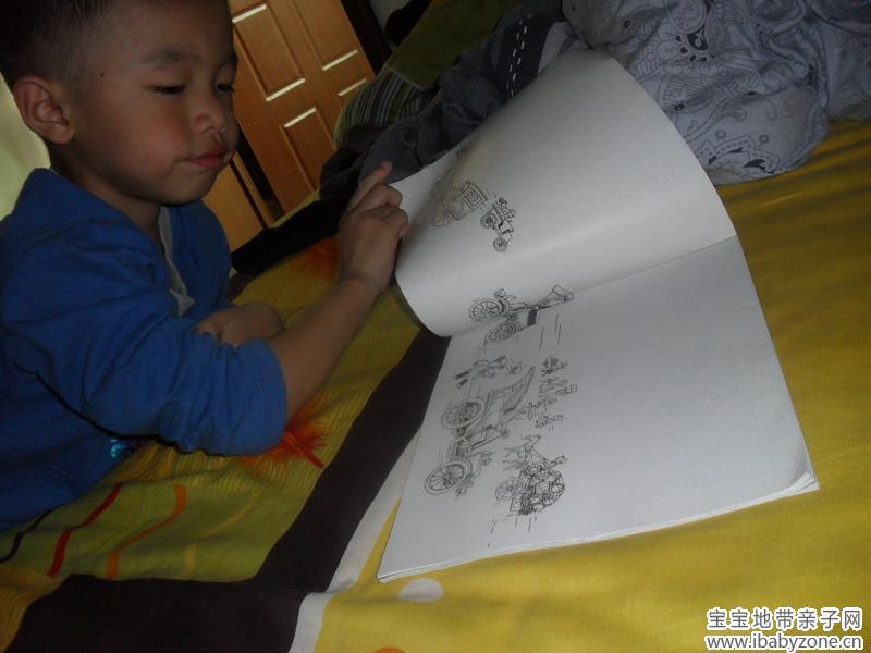 小家伙看着用简笔画画出的人们出行工具